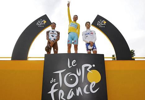 Tour de Francen palkintokorokkeella nähtiin kaksi ranskalaista ensimmäisen kerran vuoden 1984 jälkeen. Jean-Christophe Peraud'n (vas.) ja Thibaut Pinot'n (oik.) keskellä tämän vuoden voittaja Vincenzo Nibali.