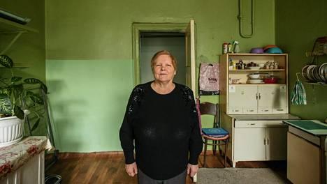 Nadežda Averjanova pitää yli 14 hengen kommunalka-asunnon yhteiskeittiön putipuhtaana.