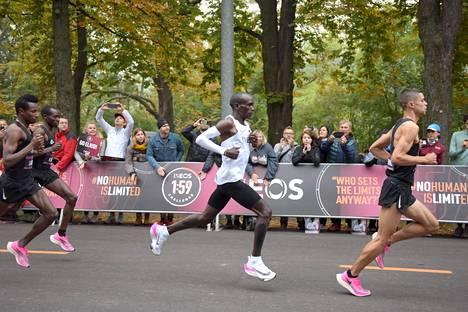 Eliud Kipchogen paksupohjaiset juoksutossut herättivät huomiota viime lokakuussa, jolloin hän juoksi Wienissä maratonin aikaan 1.59.40. Kirittäjillä oli hieman maltillisemmat tossut.