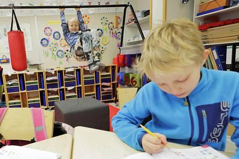 Oulussa Kiimingin Alakylän koululla on otettu oppituntien aikana käyttöön temppurata, jolla saadaan lisättyä koululaisten päivittäistä liikunta-aikaa. Ellen Mattila kävi roikkumassa omalla vuorollaan temppuradalla Veeti Lepistön tehdessä matematiikan tehtäviä.