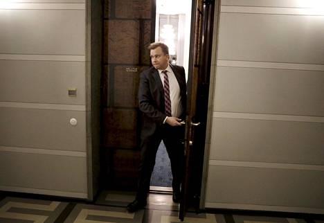 Puolustusministeri Antti Kaikkonen poistui hallituksen huoneesta eduskunnassa Helsingissä 16. joulukuuta 2019.