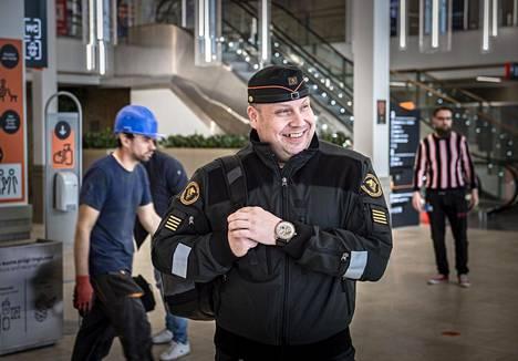 Komennus Tallinnaan on Jani Tiihoselle oikeastaan vain paluu vanhoihin työmaisemiin, sillä hän on aiemmin asunut useita vuosia Virossa toimiessaan Rajavartiolaitoksen Baltian, Valko-Venäjän ja Ukrainan yhdyshenkilönä.