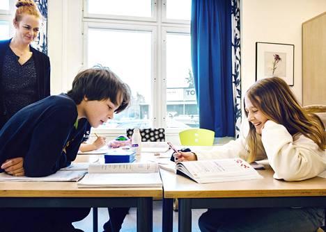 Johannes Petrin koulun opettaja Elin Maria Örneskans auttoi oppilaitaan matematiikassa maanantaina Nackassa Tukholman lähistöllä.
