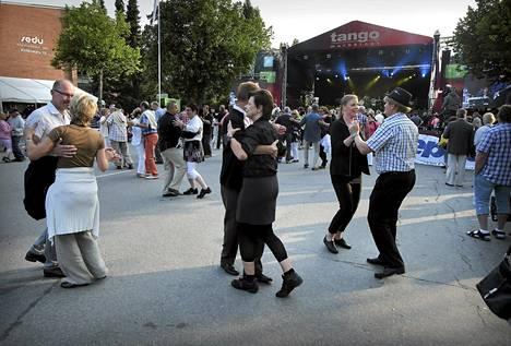 Seinäjoen Tangomarkkinoilla tanssittiin toissapäivänä.