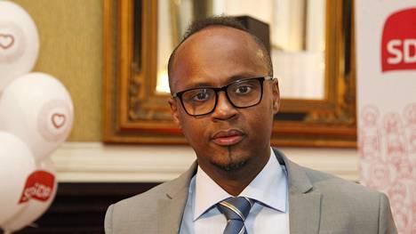 Abdirahim Hussein kuvattuna Sdp:n vaalivalvojaisissa hotelli Seurahuoneella keväällä 2017.