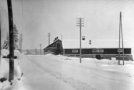 Kuvassa on Liljendalin osuusmeijerin sikala Porvoon-Kouvolan maantien varrella. Kolmessa siassa todettiin loppuvuonna 1952 epäilyttäviä oireita.