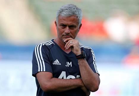 Manchester Unitedin päävalmentaja José Mourinho tarkkaili joukkuettaan ennen harjoitusottelua Los Angeles Galaxya vastaan heinäkuussa 2017.