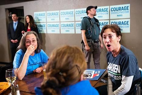 Anne Jurek ja Lisa Drottar (oik.) seurasivat vaaliväittelyä Del Real ravintolassa.