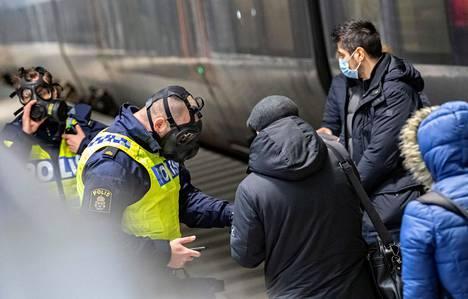 Ruotsalaispoliisit tarkastivat Tanskasta saapuvien papereita rautatieasemalla Malmössä viime joulukuussa.