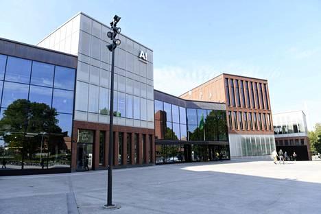Aalto-yliopiston Otaniemessä sijaitseva Väre kokoaa Taiteiden ja suunnittelun korkeakoulun laitokset saman katon alle.