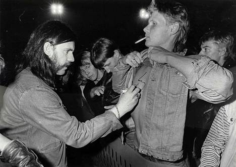 Lemmy Kilmister kirjoitti nimikirjoituksen fanin rintaan Lappeenrannan raviradalla elokuussa 1982.