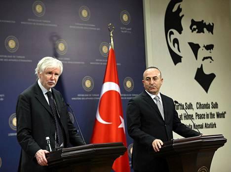 Ulkoministerit Erkki Tuoimoja (vas.) ja Mevlüt Çavusoglu tiedotustilaisuudessa Ankarassa tiistaina.