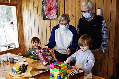 Elvis Mustosen syntymäpäiviä vietettiin perheen mökillä Uudessakaupungissa helmikuussa. Paikalla oli Elviksen serkku Hugo Sundelin (vas.) ja Elviksen isovanhemmat Jaana ja Juhani Rautaheimo.
