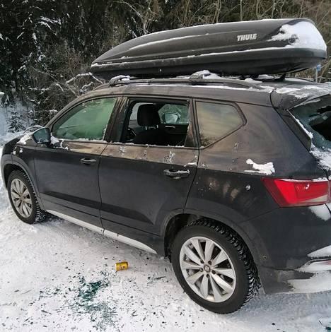 Jussi Karhusaaren autosta rikottiin takalasin lisäksi yksi ikkuna. Kaikki irtain tavara varastettiin autosta.