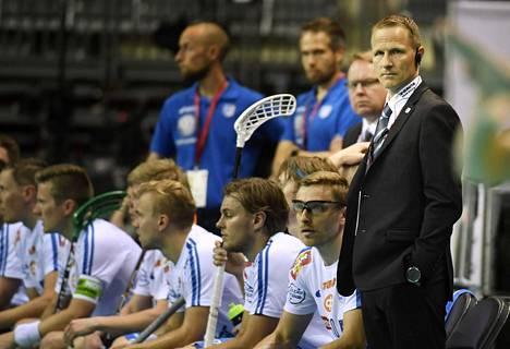 Suomen päävalmentaja Petri Kettunen penkin takana salibandyn MM-kisojen puolivälieräottelussa joulukuussa 2016.