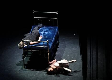 Anna Karenina (Nina Zmievets) ja Karenin (Oleg Markov) Boris Eifmanin koreografiassa.