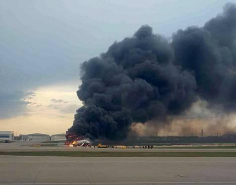 Matkustajakone palaa Šeremetjevon lentokentällä.