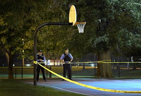 Poliisit eristivät torstai-iltana Chicagossa koripallokentän, jossa ammuskelu tapahtui.