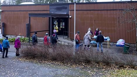 Malmin seurakunta jakoi ruoka-apua tarvitseville Jakomäen kirkolla Helsingissä 4. marraskuuta. Diakonien mukaan ruoka-avun tarvetta on koronaviruksen myötä ollut aiempaa enemmän.