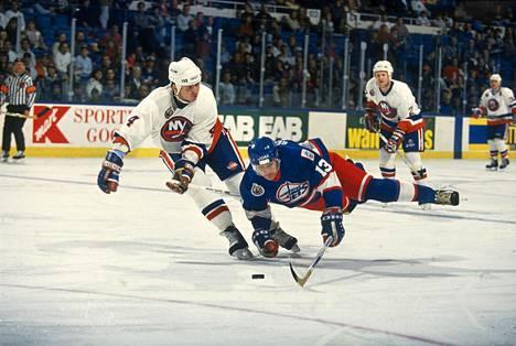 Suomalainen salama eli Teemu Selänne aiheutti tulokaskaudellaan harmia New York Islandersin Uwe Kruppille 1992. Krupp kaatoi läpimenoa yrittäneen Selänteen.