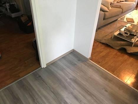 Hyvässä kunnossa ollut muovimatto vaihdettiin vinyylilankkuun. Ennen keittiöremonttia koko asunnossa oli yhtenäinen lattiapinta.