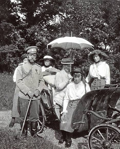 Viimeinen tsaari Nikolai II vietti mieluummin aikaa perheensä parissa kuin valtion asioita hoitamassa.