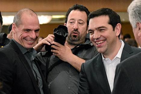 Kreikan valtiovarainministeri Gianis Varoufakis (vas.) ja pääministeri Alexis Tsipras (oik.) hymyilivät viime viikolla The Economist -lehden konferenssissa. Kreikan neuvotteluasema käy yhä ahtaammaksi.