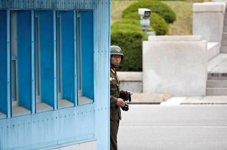 Pohjoiskorealainen rajavartija tarkkaili tilannetta Koreoiden välisellä raja-alueella huhtikuussa.