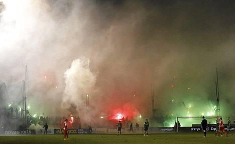 Olympiakosin ja Panthinaikosin ottelussa oli tiistaina päällä täysi hulina.