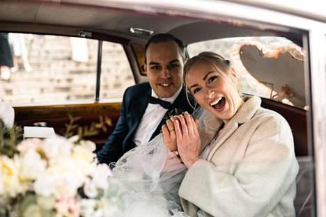 Marco ja Petra Syväntö saivat hääpäivänään yllättäen ajelun hienolla Rolls-Roycella.