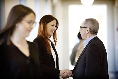 Ben Zyskowicz (oik.) tervehti uutta kansanedustajaa Pihla Keto-Huovista kokoomuksen eduskuntaryhmän järjestäytymiskokouksessa viime viikolla.