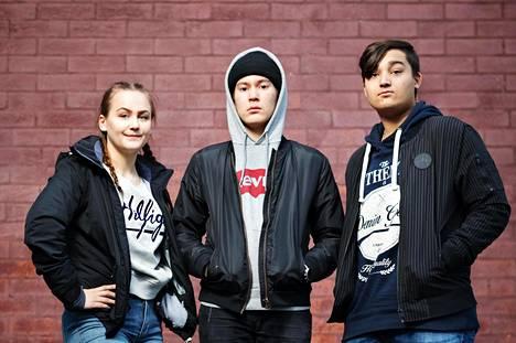 15-vuotiaat Erika Vauhkonen, Aamos Kantola ja Albert Singh opiskelevat vuosaarelaisessa Puistopolun peruskoulussa.