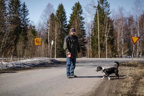 Raimo Kiirikki ja Vili koira.
