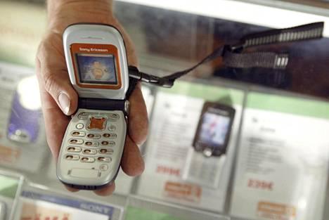 Sony Ericsson Z200 -simpukkapuhelin oli myynnissä vuonna 2004.