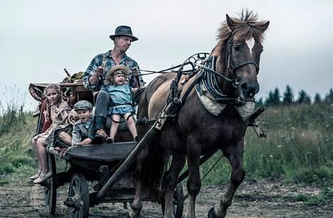 Rokka (Eero Aho) lapsineen Aku Louhimiehen Tuntematon sotilas -elokuvassa.