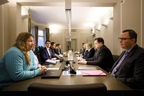 Posti- ja logistiikka-alan unioni PAU:n puheenjohtaja Heidi Nieminen ja Palvelualojen työnantajat Palta ry:n toimitusjohtaja Tuomas Aarto valtakunnansovittelijan toimistolla Helsingissä sunnuntaina.