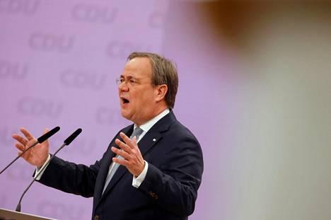 """Armin Laschet sai vaalien loppusuoralla epäsuoraa tukea liittokansleri Angela Merkeliltä, joka sanoi, että CDU:lle olisi löydettävä """"tiimi"""", joka ottaa puolueen ylpeästi haltuunsa."""