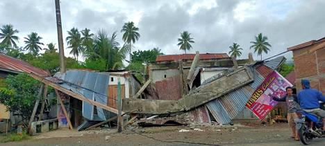 Maanjäristyksessä tuhoutunut rakennus Mamujussa.
