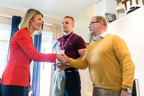 Entinen purjehtija Sari Multala onnitteli Elias Kuosmasta ja valmentaja Sauli Heinosta Suomen Olympiakomitean puolesta.