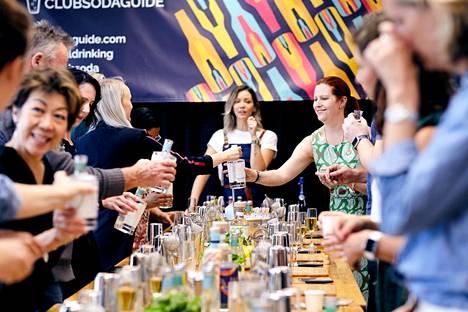 Alkoholittomassa Mindful Drinking -tapahtumassa Lontoossa opeteltiin tekemään alkoholittomia drinkkejä.