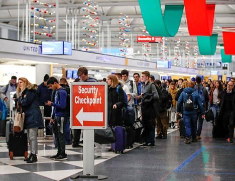 Matkustajia O'Haren kansainvälisellä lentokentällä Chicagossa marraskuussa 2018.