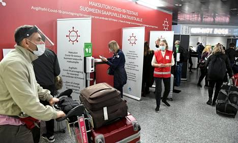 Suomen viranomaiset ohjaavat tehostetusti Helsinki-Vantaan lentoasemalle saapuvia matkustajia koronatesteihin.