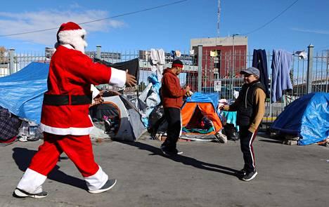 Meksikolaisen rajakaupunki Juarezin jalkapallojoukkueen kannattajat järjestivät joulupukin jakamaan lahjoja raja-alueella oleville siirtolaislapsille joulupäivänä.