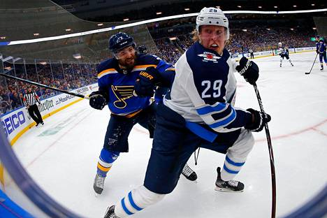 Onko tässä meneillään Patrik Laineen uran paras NHL-peli? Valmentaja Paul Mauricen mielestä on. Neljännessä ottelussa Laine kamppaili St. Louisin Patrick Maroonin kanssa.