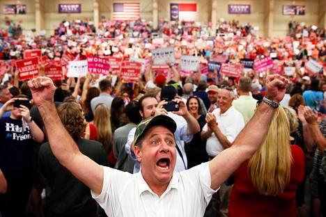 TV-JULKKIS VILLITSI AMERIKKALAISET. Televisiosta ja kiinteistöbisneksistä tuttu Donald Trump nousi yllätteäen republikaanipuolueen ehdokkaksi vuoden 2016 presidentinvaaleissa. Trumpin räväkkä kampanjointi tuotti tulosta ja hän voitti äänestäjät puolelleen. Marraskuun 8. päivänä pidetyissä vaaleissa hän sai enemmistön valitsijamiehistä, vaikka saavuttikin vähemmän ääniä kuin vastaehdokas Hillary Clinton. Kuvassa Trumpin kannattajia kampanjatilaisuudessa Pohjois-Carolinassa 3. marraskuuta 2016.