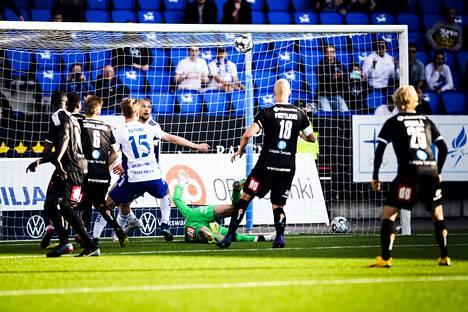 HJK:n Miro Tenho (15) ja Tim Väyrynen (19) olivat ottelun lisäajalla survomassa palloa KuPS-maaliin. Lopulta Daniel O'Shaughnessy osui tolppien väliin, mutta 3–2-voiton sijaan HJK joutui pettymään avustavan erotuomarin liputuksen myötä.