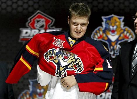Aleksander Barkov puki ylleen Florida Panthersin pelipaidan sunnuntaina NHL:n värväystilaisuudessa New Jerseyssä.