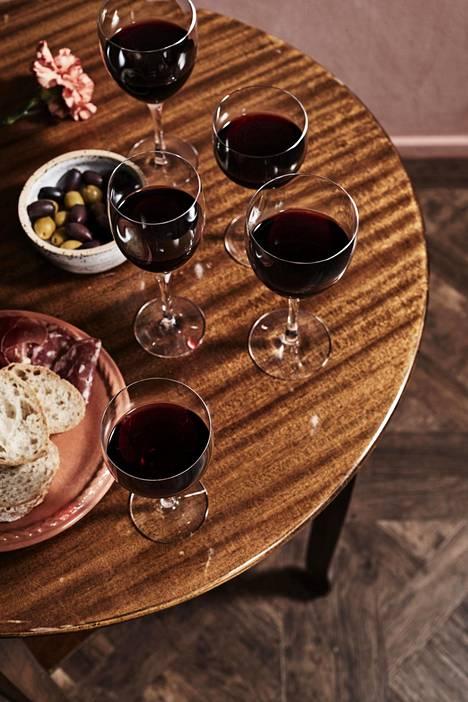 Pääsiäisaterian viinivalintaan vaikuttaa muun muassa lammaspaistin kypsyys. HS:n viiniasiantuntija antaa vinkit parhaista ruokajuomista.