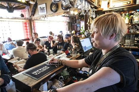 Milla Venäläinen palveli, kun Pub Sirdiessä oli tungosta vuonna 2018. Baarin nurin menon uhka oli vältetty myymällä tuhat osaketta. Nyt Sirdie yrittää pelastautua koronapandemialta.
