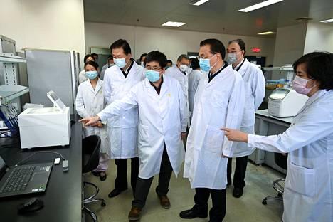 Kiinan pääministeri Li Keqiang vieraili torstaina Kiinan tautien hallinta- ja ehkäisykeskuksessa Pekingissä. Li johtaa Kiinassa koronavirusta ehkäisevää ryhmää.